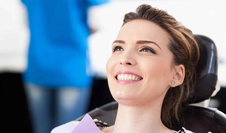 Ortodoncia invisible Invisalign en Móstoles y Alcorcón en Clínica Stoma - Invisalign con implantes